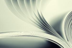 Imagem de livro sendo folheado (Postagem: Livros informativos em português)