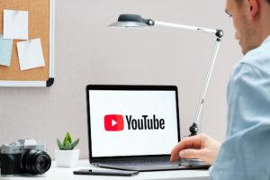 Imagem: Usuário acessando Youtube (Postagem: Vídeos informativos em português)