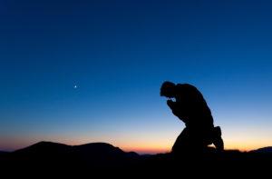 """Imagem de homem orando de joelhos (Postagem: Só pode orar de joelhos?"""")"""
