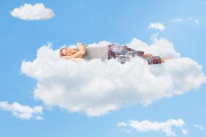 Imagem de mulher dormindo na nuvem (Postagem: Apocalipse 6.9-11 e o sono da alma)