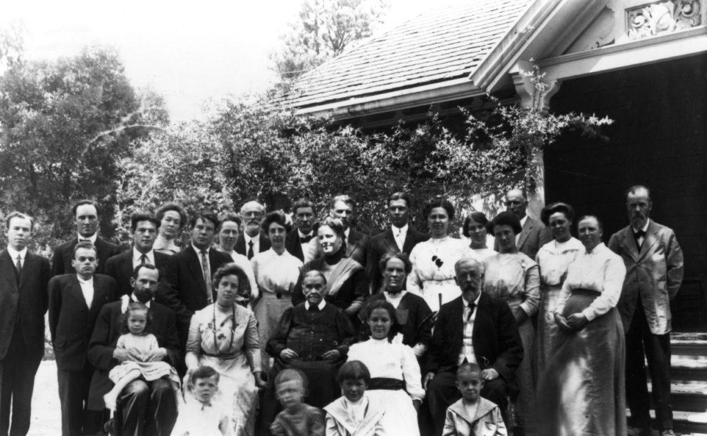 Imagem de Ellen White com a família em 1913 - outra foto (Postagem: O sumiço do colar da Ella White)