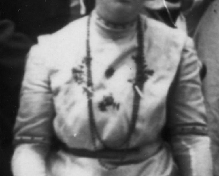 Imagem: Detalhe do colar que Ella White está usando ao lado da avó, Ellen White (Postagem: O sumiço do colar da Ella White)