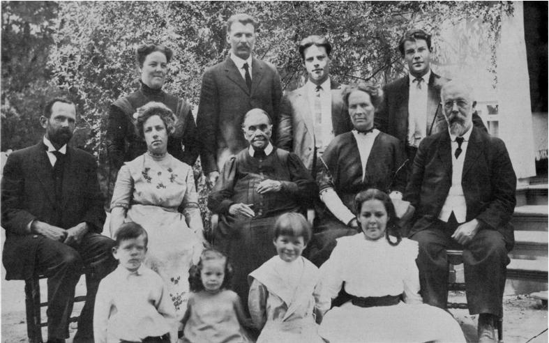 Imagem de Ellen White com a família em 1913 (Postagem: O sumiço do colar da Ella White)